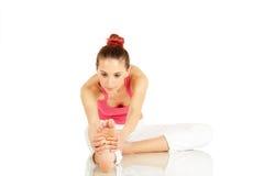 Giovane allungamento della donna di forma fisica Fotografia Stock Libera da Diritti