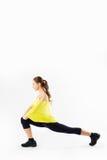 Giovane allungamento della donna di forma fisica Fotografie Stock Libere da Diritti