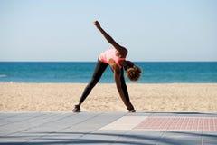 Giovane allungamento femminile africano dalla spiaggia Fotografie Stock