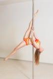 Giovane allungamento sexy della donna di ballo del palo Immagine Stock