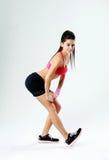 Giovane allungamento sorridente della donna di sport Fotografia Stock