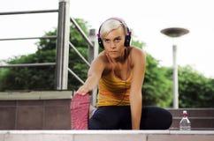 Giovane allungamento urbano della donna dell'atleta Fotografie Stock