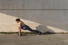 Giovane allungamento urbano della donna di forma fisica Fotografia Stock Libera da Diritti
