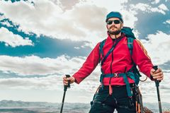 Giovane alpinista che sta con lo zaino Fotografie Stock