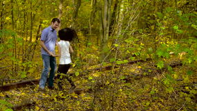 Giovane amore felice nel parco di autunno archivi video