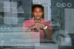 Giovane analista indiano concentrato dagli occhiali di dati che usando i grandi dati fotografia stock