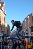 Giovane anfitrione della via visto intrattenere le folle a Cambridge, Inghilterra immagine stock