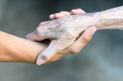 Giovane anziano e che stringe le mani immagine stock libera da diritti