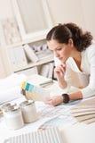 Giovane architetto arredatore femminile all'ufficio Fotografia Stock