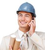 Giovane architetto assertivo sul telefono Immagini Stock