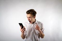 Giovane arrabbiato sul telefono gridare fotografia stock libera da diritti