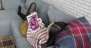 Giovane artista Drawing di concetto su una Digital Pen Display Tablet While Sitting a casa stock footage