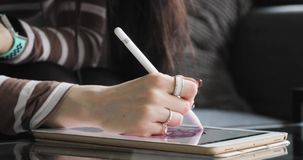 Giovane artista Drawing di concetto su una Digital Pen Display Tablet While Sitting a casa video d archivio