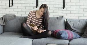 Giovane artista Drawing di concetto su una Digital Pen Display Tablet While Sitting a casa archivi video
