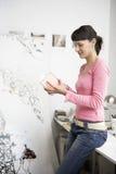Giovane artista femminile Reading Card Immagini Stock