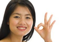 Giovane asiatico con il segno giusto della mano Fotografia Stock Libera da Diritti