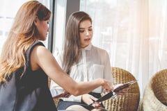Giovane asiatico del punto di incontro delle donne gente di affari da discutere, progettare Commercio dei cosmetici economici immagine stock