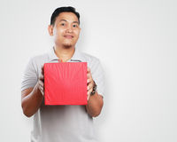 Giovane asiatico divertente Guy Giving Gift Box Fotografia Stock