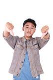 Giovane asiatico Guy Mocking Gesture con i pollici giù Fotografia Stock