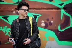 Giovane asiatico sulla via che posa alla macchina fotografica Immagine Stock Libera da Diritti