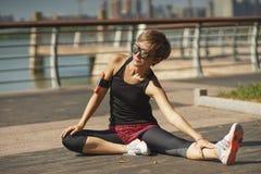 Giovane atleta asiatico che si scalda prima del pareggiare nel parco Fotografia Stock Libera da Diritti