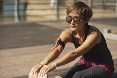 Giovane atleta asiatico che si scalda prima del pareggiare nel parco Fotografie Stock Libere da Diritti