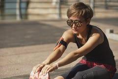 Giovane atleta asiatico che si scalda prima del pareggiare nel parco Fotografie Stock