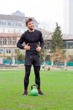 Giovane atleta attraente con peso allo stadio, interim dell'uomo Fotografie Stock