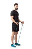 Giovane atleta barbuto adatto che prepara per l'esercizio di armi del muscolo del bicipite Fotografie Stock Libere da Diritti