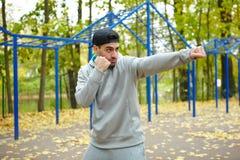 Giovane atleta Boxing Outdoors Fotografie Stock Libere da Diritti
