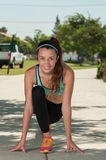 Giovane atleta che dà una stoccata in avanti all'allungamento Fotografia Stock Libera da Diritti