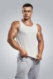 Giovane atleta che porta maglia bianca in bianco, maglietta senza maniche Fotografia Stock Libera da Diritti