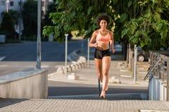 Giovane atleta corrente della donna, colpo integrale Fotografie Stock Libere da Diritti