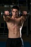 Giovane atleta Exercise Power Boxing con le teste di legno Immagine Stock