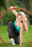 Giovane atleta femminile con il hula-hoop nel parco Fotografie Stock