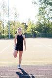 Giovane atleta femminile Working Out sulla pista Immagini Stock Libere da Diritti