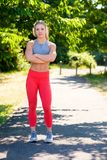 Giovane atleta femminile Working Out sulla pista Immagini Stock