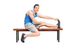 Giovane atleta maschio che allunga la sua gamba Immagine Stock Libera da Diritti