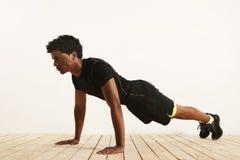 Giovane atleta nero che fa i piegamenti sulle braccia immagine stock libera da diritti
