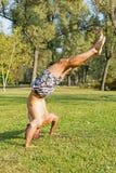 Giovane atleta Standing sulla testa nel parco Allenamento della via Fotografie Stock Libere da Diritti