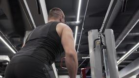 Giovane atletico che fa gli esercizi per i muscoli archivi video