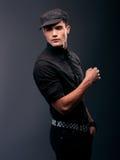Giovane atteggiamento serio di modello maschio attraente Fotografia Stock