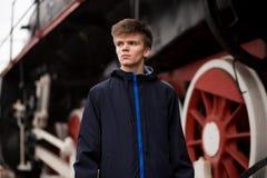 Giovane attesa dell'uomo dello studente sul vecchio treno a vapore tecnologo futuro dell'ingegnere fotografia stock libera da diritti