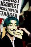 Giovane attivista anonimo con la mascherina di Fawkes del tirante Fotografie Stock Libere da Diritti