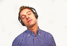 Giovane attraente che ascolta la musica fotografia stock