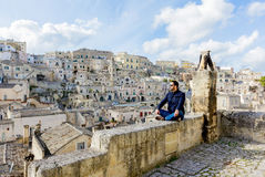 Giovane attraente che gode della vista di vecchia città di Matera immagini stock