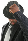 Giovane attraente nel vestito del gessato che capovolge il suo cappello immagini stock libere da diritti