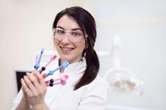 Giovane attrezzatura femminile della tenuta del dentista Fotografia Stock Libera da Diritti