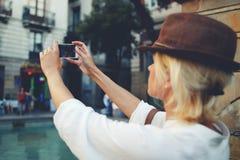 Giovane autoritratto di fabbricazione femminile alla moda sul telefono delle cellule mentre visitando nella città Fotografie Stock Libere da Diritti
