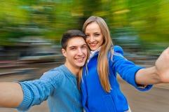Giovane autunno allegro delle coppie all'aperto Immagini Stock Libere da Diritti